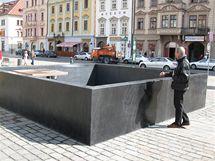 Jedna z nových kašen na plzeňském náměstí Republiky nefunguje, na stěně nádrže se objevila prasklina