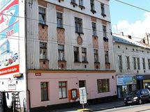 Bývalý plzeňský hotel Šumava dnes v nájemních bytech obývají převážně Romové (7.9.2010)