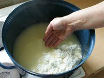 Sýřeninu promíchejte čistou rukou