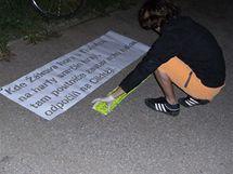 Nápis na ulici Kárníkova připomínající básníka Jana Kárníka