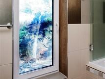 """Okno v koupelně s """"vodopádem"""""""