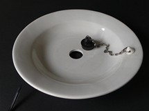 Z internetových stránek Sbírky odkazů Járy Cimrmana - talíř se zátkou