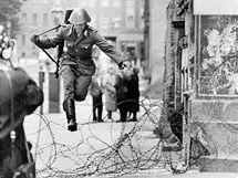 Východoněmecký voják Conrad Schumann prchá do Západního Berlína. (15. srpna 1961)