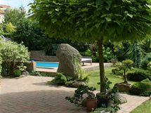 Moderní bazén zapadá do zahrady tak citlivě, že vůbec neruší její pohodovou atmosféru