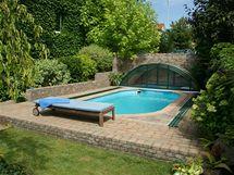 Bazén vsazený do podesty z cihel do zahrady příjemně zapadá