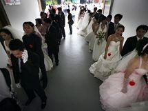 163 párů oslavilo na Tchaj-wanu výročí vzniku republiky hromadnou svatbou