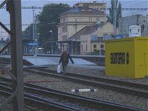 Lidé v Rokycanech na nádraží přecházejí koleje.