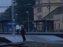 Lidé v Rokycanech na nádraží překračují koleje.