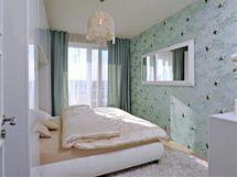 Volnou stěnu v ložnici se majitelé rozhodli vyzdobit tapetou s šedomodrými odstíny. Motiv ptáků se stříbřitým odleskem jen zdůrazňuje uvolněnou atmosféru.