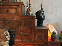 Vyřezávaná skříň v etno stylu