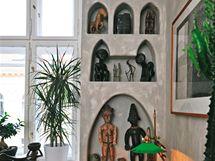 Do každého výklenku umístili majitelé originální dřevěnou sošku