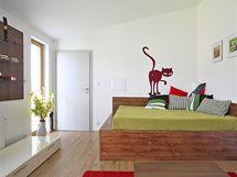 Prostor v podkroví má proměnlivou výšku od 2,10 do 4,5 m. Pokoje jsou vybaveny jednoduchým nábytkem z lakovaných a laminovaných MDF desek. Stěny majitelé oživili dekorativními samolepkami.