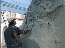 Sochař Radovan Živný tvoří repliku vrchní části Sloupu Nejsvětější Trojice z písku.