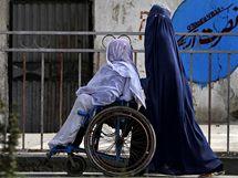 Afghánka tlačí postiženou přítelkyni ulicemi Džalalabádu