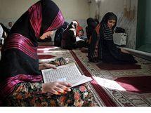 Afghánka si v kábulské mešitě pročítá Korán
