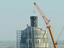 Dělníci sundavají z monumentu sochu diktátora Nijazova