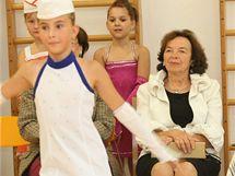 První dáma Livia Klausová shlédla na návštěvě základní školy v Pivíně na Prostějovsku také vystoupení mažoretek.