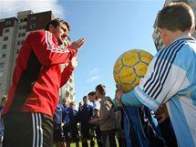 Hráči olomoucké Sigmy na tréninku mezi paneláky, do nějž se zapojily i děti, které se na něj přišly podívat. V popředí trenér Zdeněk Psotka.