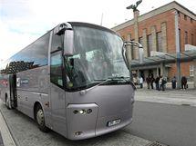 Autobus české fotbalové reprezentace před olomouckým hlavním nádražím, kam tým dorazil vlakem po půl druhé odpoledne.