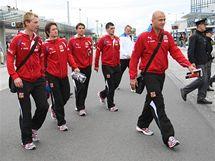 Česká fotbalová reprezentace olomouckým hlavním nádražím, kam vlakem dorazila po půl druhé odpoledne.