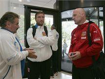 Po příjezdu do Olomouce se fotbalová reprezentace včetně trenéra Michala Bílka a manažera Vladimíra Šmicera přesunula do hotelu naproti Androva stadionu.