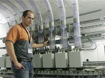 Centrální středisko potrubní pošty Fakultní nemocnice v Hradci Králové. Denně přepraví až dva tisíce zásilek, na starost ji má technik Petr Ledvinka.