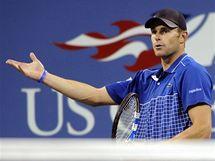 Andy Roddick se hádá s rozhodčími během utkání s Jankem Tipsarevičem