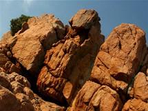 Korsika. Barva skal na Capo Rosso před západem slunce