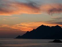 Korsika. Ostré skalní hřebeny u zálivu Golfe de Girolata