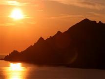 Korsika. Západ slunce na skalními hřebeny u přístavu Porto na západním pobřeží Korsiky