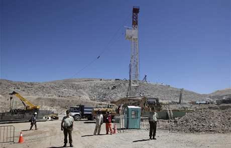 Vrtná soustava v chilském měděném dole Copiapo se propracovává k 33 uvězněným horníkům