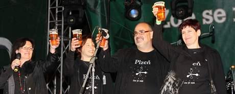Členové kreativního týmu Plzeň 2015 si v pátek připili v pivovari se stovkami Plzeňanů na oslavě titulu Plzeň evropské hlavní město kukltury 2015