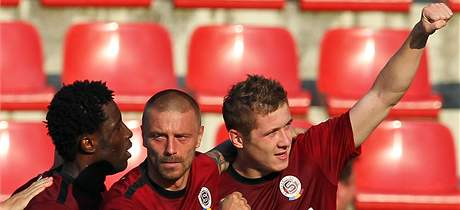 G�LOV� RADOST. Spar�an Juraj Kucka (vpravo) dal jedin� g�l v z�pase proti Jablonci. Na sn�mku mu gratuluje Tom� �epka a Bony Wilfried.