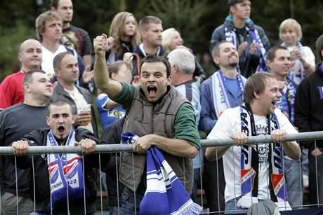 Nespokojení fanoušci Baníku na hřišti po utkání se Slavičínem (14. září 2010)