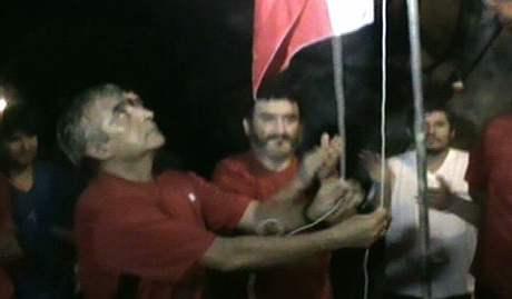 Chilští havíři vztyčují na počest 200. výročí nezávislosti vlajku (18. září 2010)