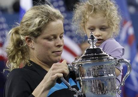 Kim Clijstersová s dcerou Jadou a s trofejí pro šampionku US Open 2010