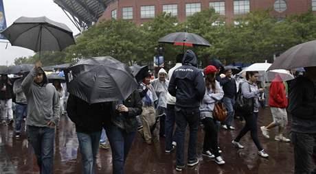 Tenisoví fanoušci opouštějí kvůli dešti areál ve Flushing Meadows