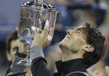 Rafael Nadal s trofejí pro šampiona US Open