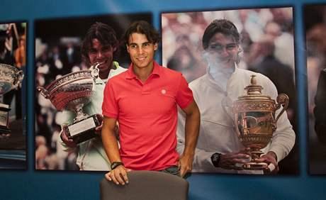 Rafael Nadal po příletu do Španělska po vítězném US Open pózuje před fotografiemi svých grandslamových úspěchů