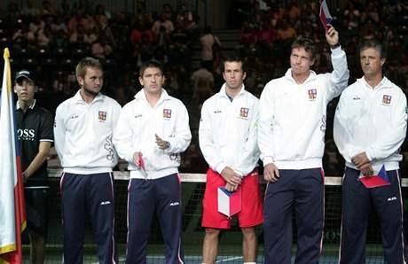 Český tým při slavnostním nástupu před semifinále Davis Cupu v Srbsku