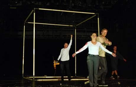 Spílání publiku: děkovačka, vpředu Gabriela Míčová, s pilou Martin Finger