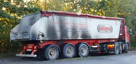 Škoda přes půl milionu korun zbyla po požáru pneumatiky kamionu na Pelhřimovsku