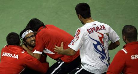 Srbové se radují, Janko Tipsarevič (druhý zleva) porazil Radka Štěpánka a zařídil své zemi postup do finále Davis Cupu
