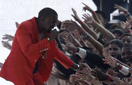 Raper Kanye West při vystoupení na MTV Video Awards 2010 v choreografii Yemiho A.D. (12. září 2010)