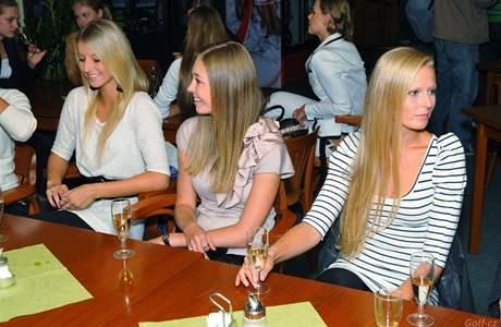Večírek po finálovém turnaji Miss golf 2010 v Motole (zleva): Karolína Humečková, Markéta Tauchmanová (vicemiss 2009), Kateřina Mrázková.