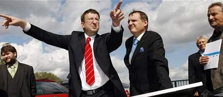 Náměstek Ivo Toman a ministr dopravy Vít Bárta (vpravo) na křižovatce u Opatovic nad Labem.