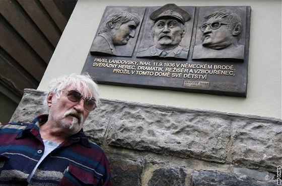 Pavel Landovsk� p�i odhalen� pam�tn� desky na jeho rodn�m dom�  v Havl��kov� Brod�