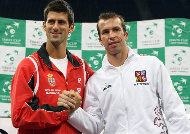 Novak Djokovi (vlevo) a Radek tp&#225;nek zah&#225;j&#237; semifin&#225;le Davis Cupu mezi Srbskem a eskem