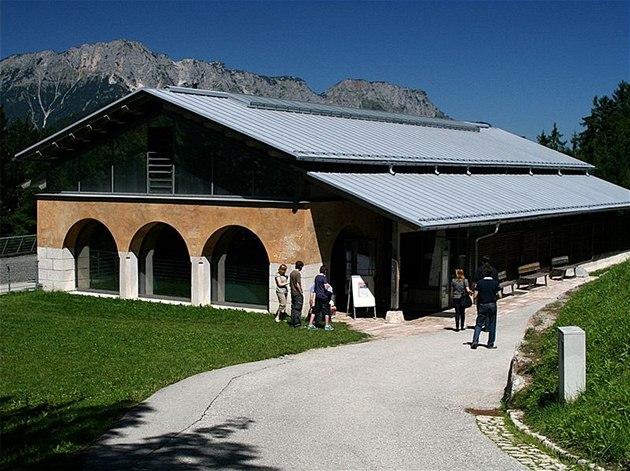 Stálá expozice Dokumentation Obersalzberg je nedaleko autobusové stanice, odkud vyjí�d�jí autobusy