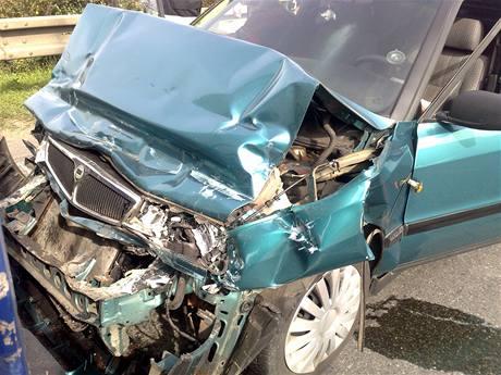 Řidič při nehodě zdemoloval přední část auta.